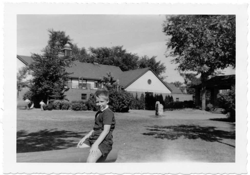 Un jeune Bill Steinberg jouant dans le parc Langhorne, à Hampstead.