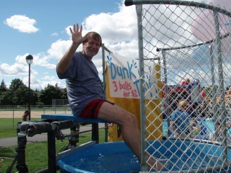 Le maire Bill Steinberg se met à la merci du bassin de trempage lors de la journée familiale de Hampstead 2007.