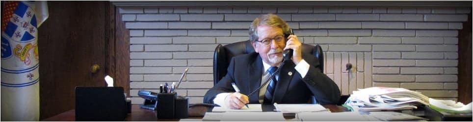 Maire Steinberg sur le téléphone à son bureau