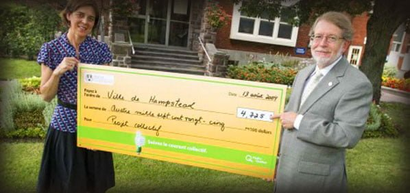 Mayor Steinberg receiving giant cheque from Hydro-Quebec
