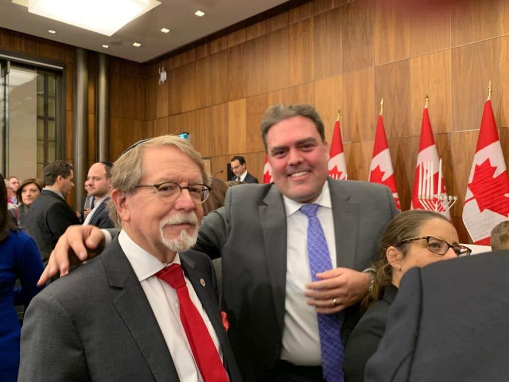 Le maire Steinberg avec le Cantor Adam Stotland lors de la fête de Hannukah sur la colline du Parlement à Ottawa.